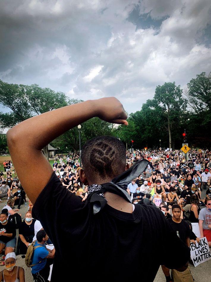 Philomena Wankenge, miembro del grupo Freedom Fighters DC, habla ante una multitud en el Monumento a ...