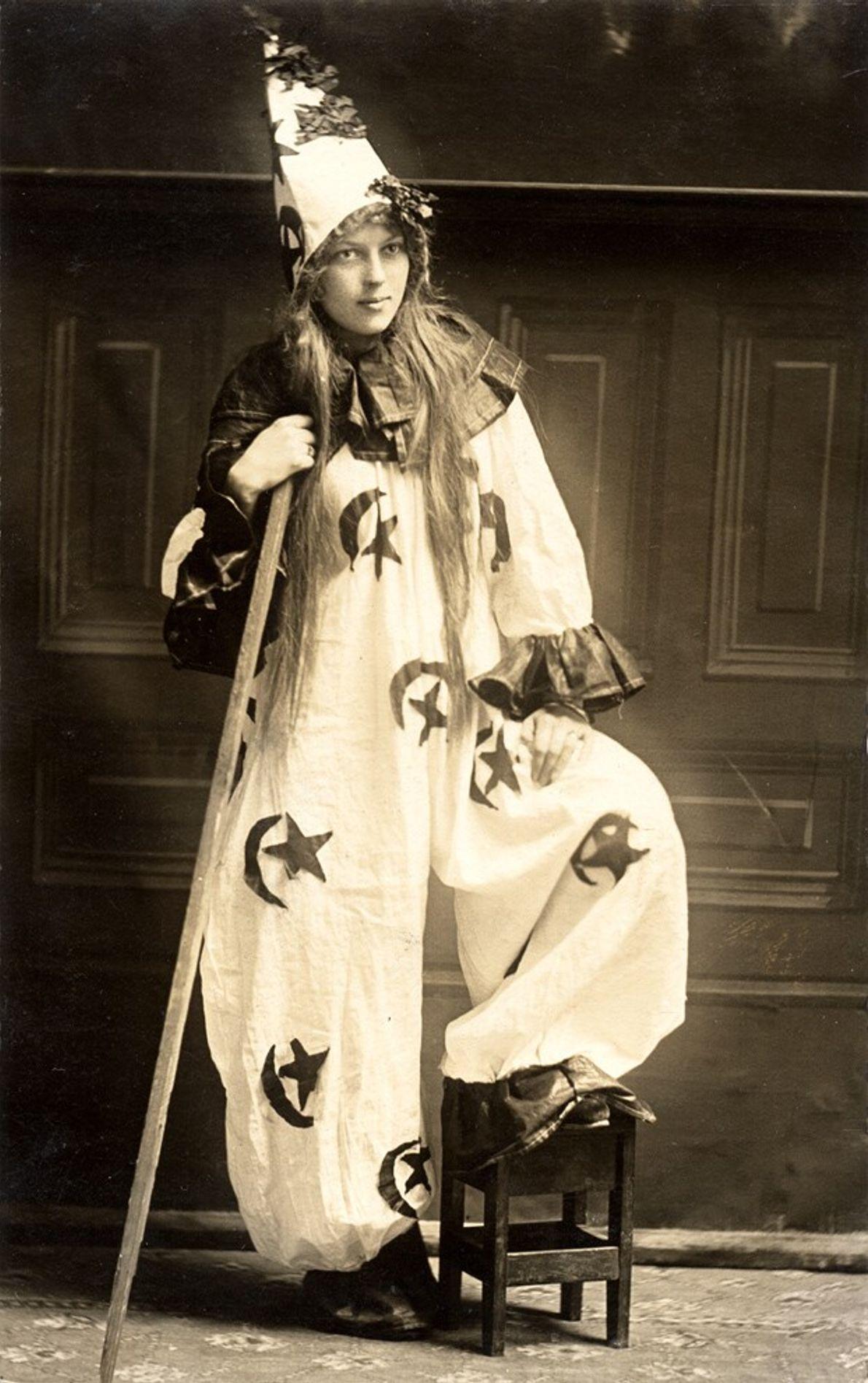 Una mujer disfrazada por Halloween