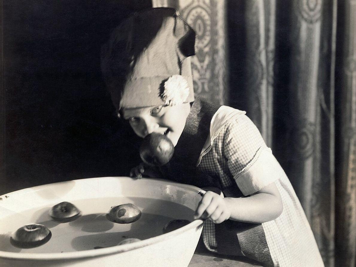 Una niña estadounidense busca manzanas