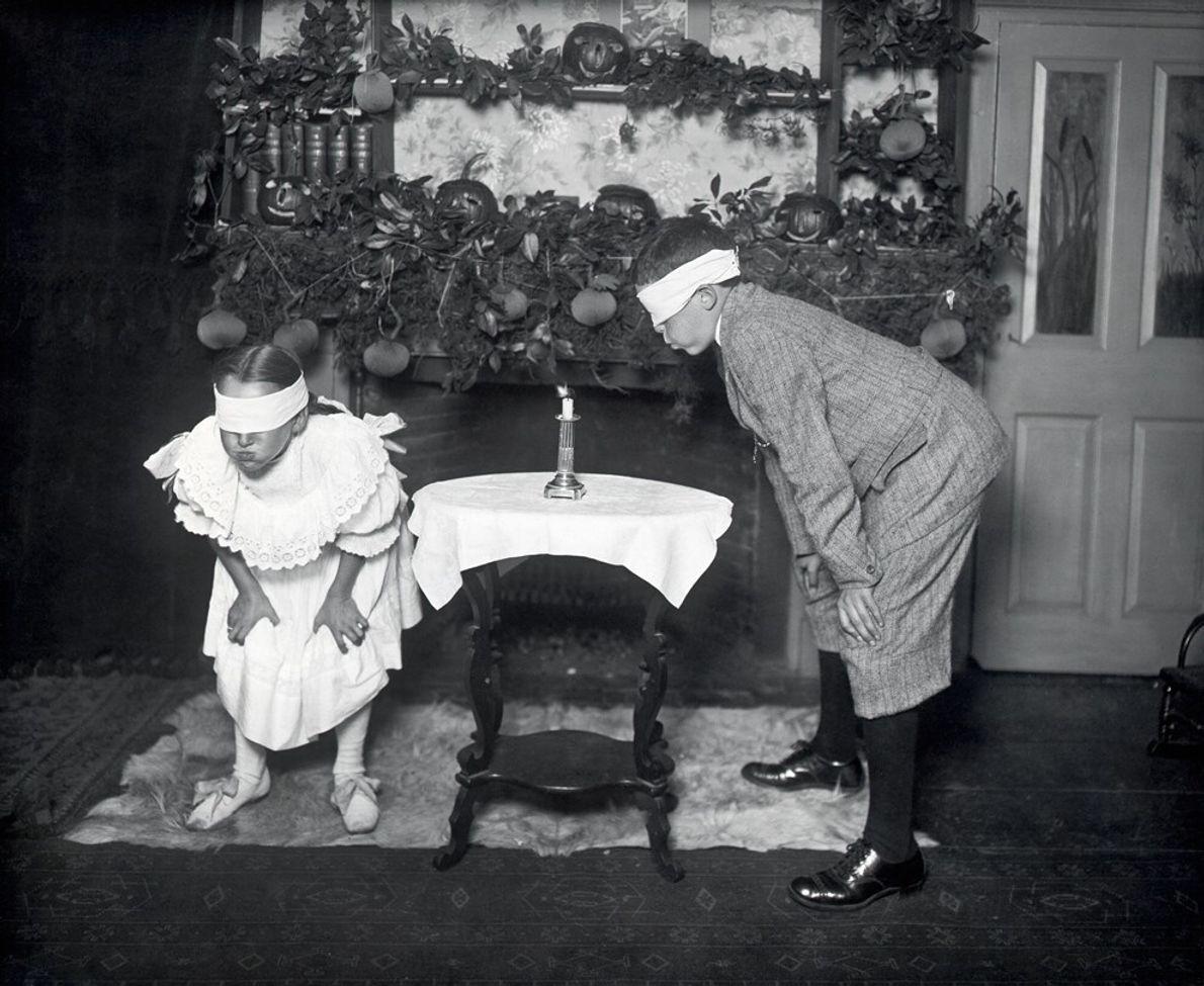 Unos niños intentan apagar una vela