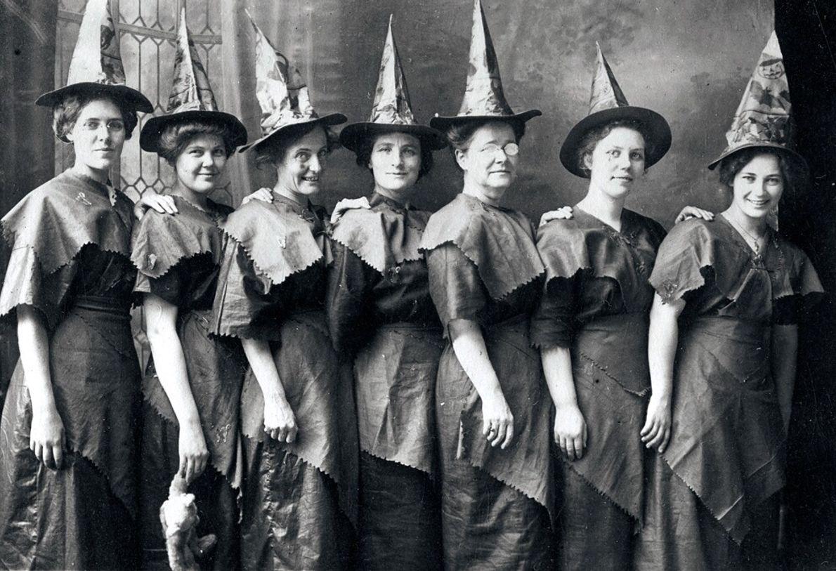 Unas mujeres con disfraces de bruja improvisados