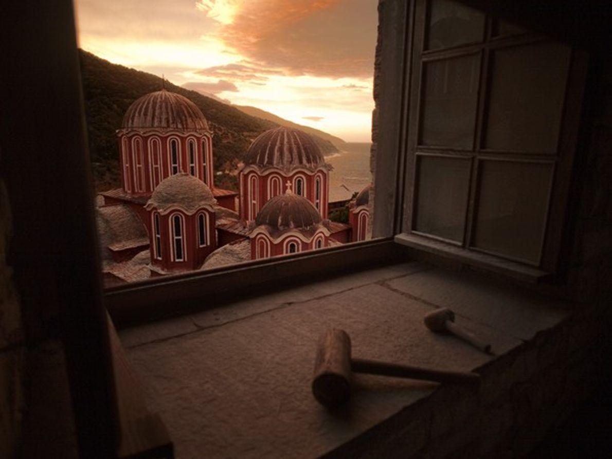 Puesta de sol a través de una ventana