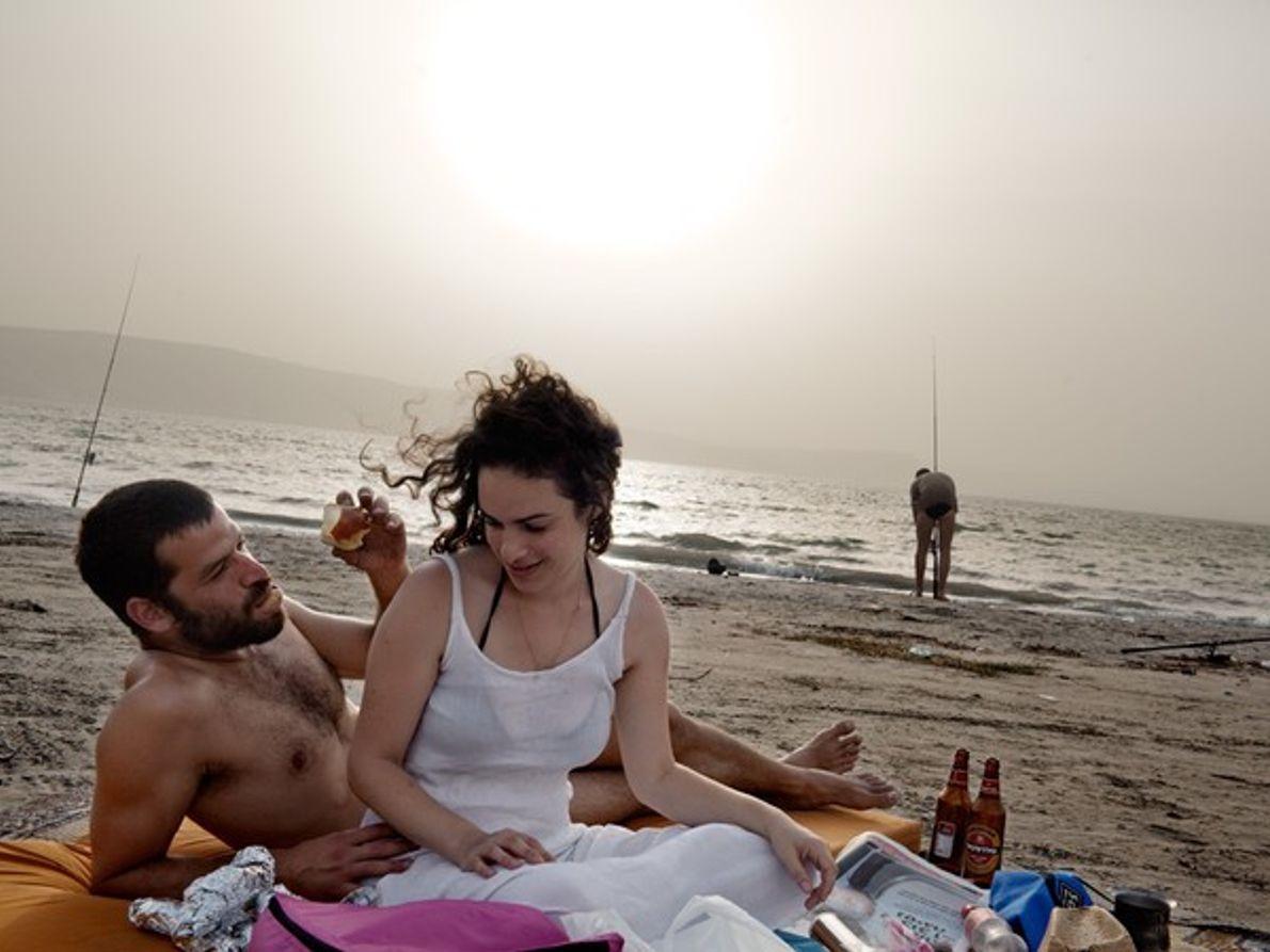 Bañistas relajados junto al océano