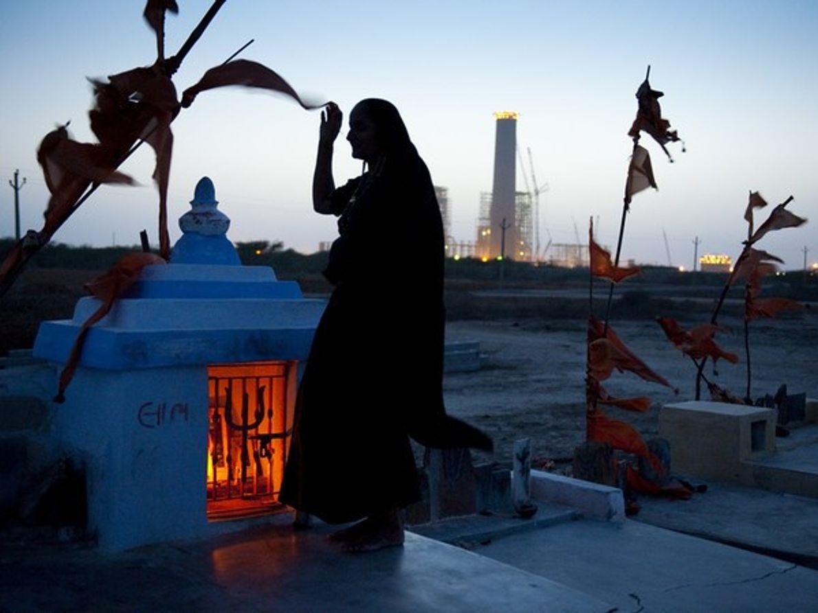 Mujer en un cementerio