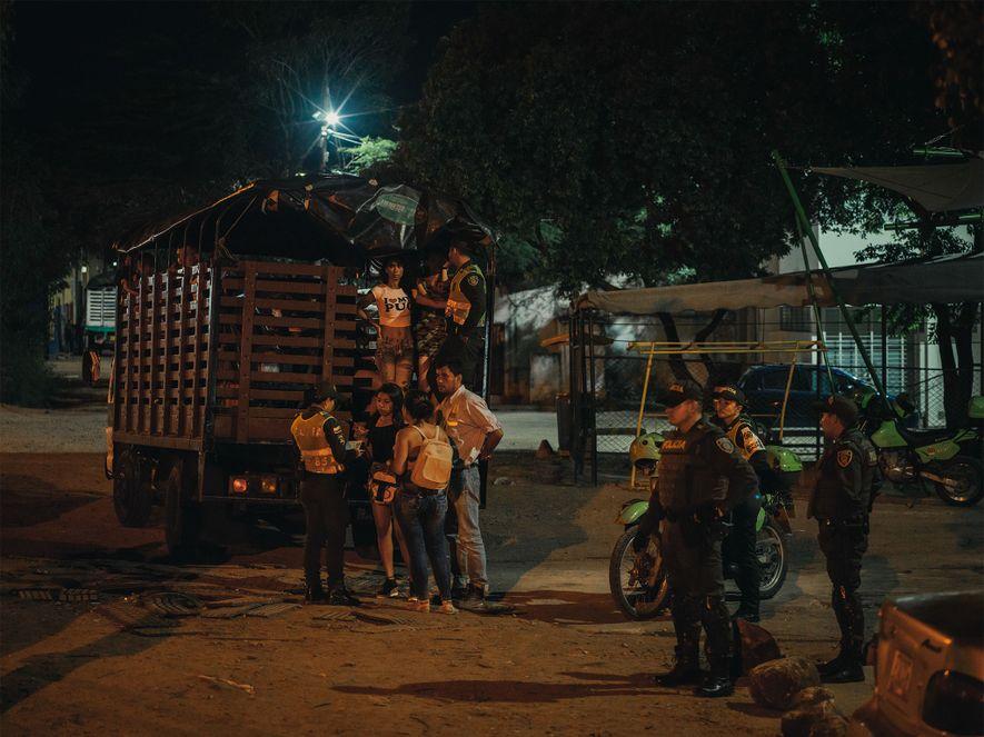 En un lugar conocido por la prostitución en Cúcuta, Colombia, la policía recoge a venezolanos que ...