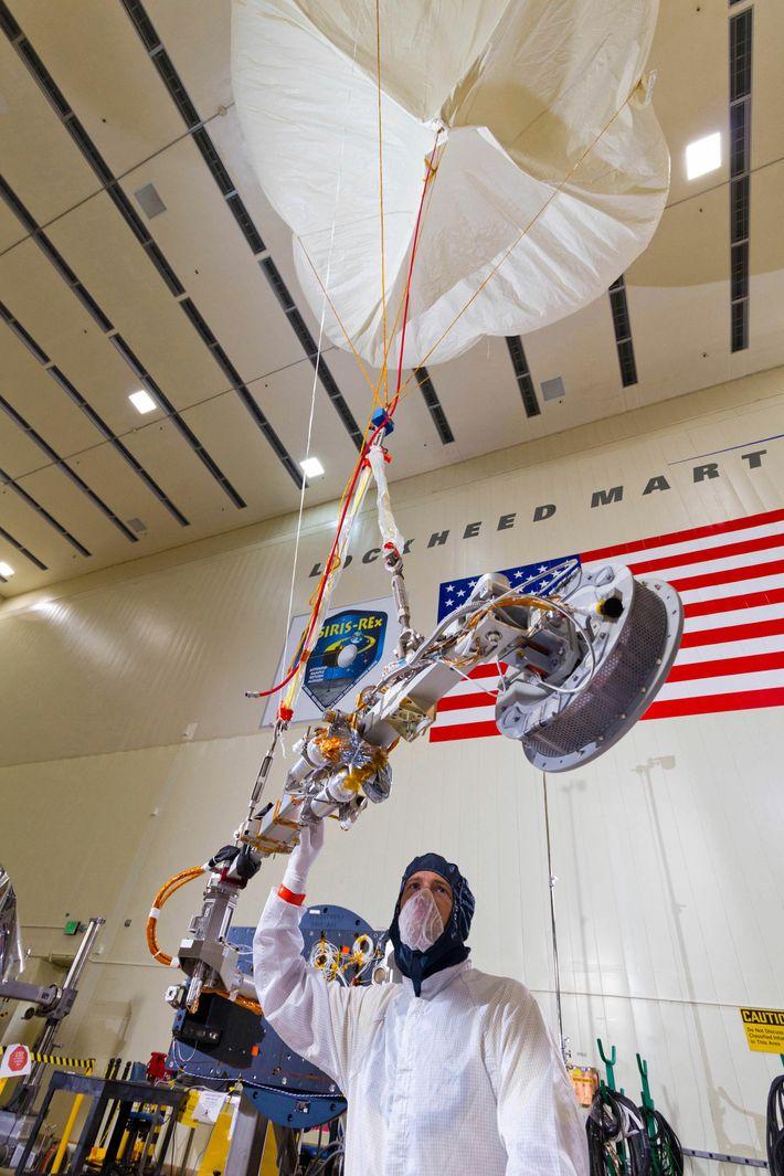 Ingenieros de Lockheed Martin prueban el despliegue del TAGSAM