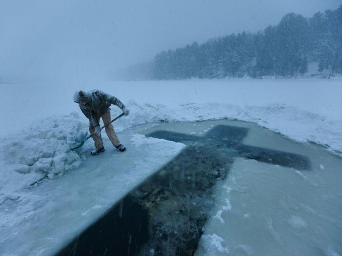 Cruz esculpida en hielo
