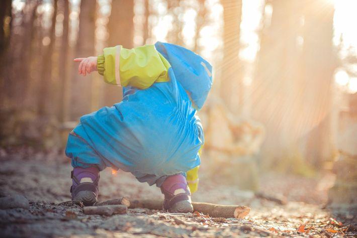 Un niño recoge un palo