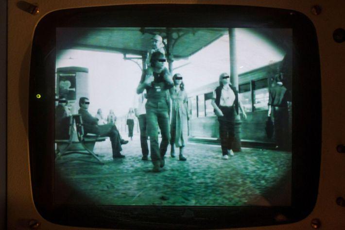 Metraje de una cámara de seguimiento en el Museo de la RDA de Berlín, Alemania