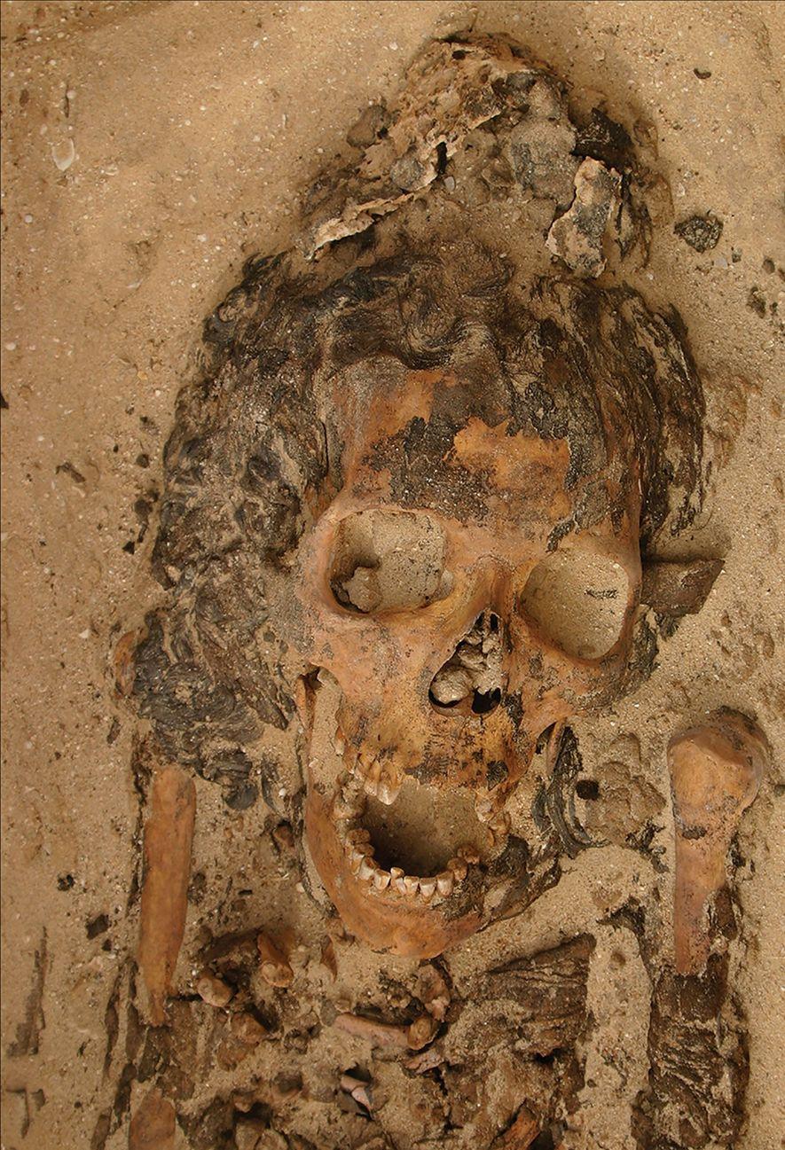 Esta mujer adulta hallada en una tumba de Armana, Egipto, ntenía un objeto de cera con ...