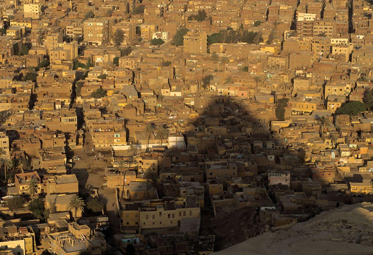 Una de las pirámides de Guiza proyecta su sombra sobre la ciudad.