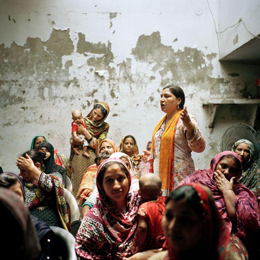 Días antes de las elecciones generales de Pakistán, Bushra Khaliq, activista y defensora de los derechos humanos de 50 años, instó a votar a las mujeres rurales. Khaliq, que lleva años haciendo campaña a favor de los derechos de las mujeres y de los trabajadores, ha sobrevivido a los ataques sociales y estatales a su labor. En 2017, el Ministerio del Interior y el departamento de estado de Pakistán acusaron a la organización de Khaliq de llevar a cabo «actividades antiestatales». Khaliq llevó su caso al Tribunal Superior de Lahore, que le reconoció el derecho a seguir trabajando.