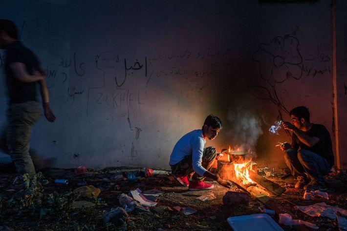 Hamid, de 16 años, cocina en un espacio abandonado en Sid. Michel Saint-Lot, de UNICEF, dice ...