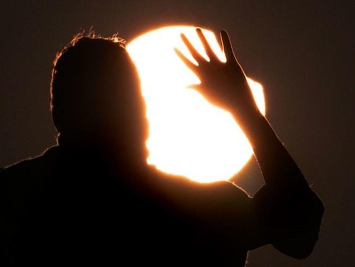 Hombre frente al eclipse