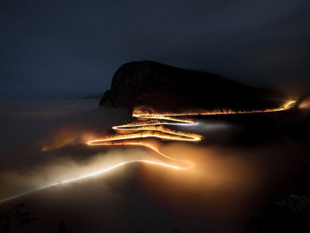 Luces de vehículos en una montaña