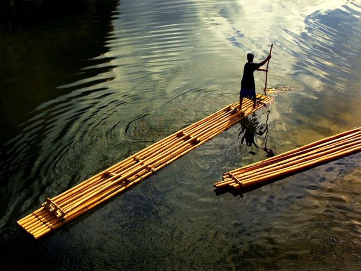 Barquero en una balsa de bambú