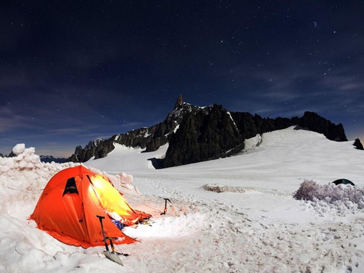 El pico de una montaña de noche