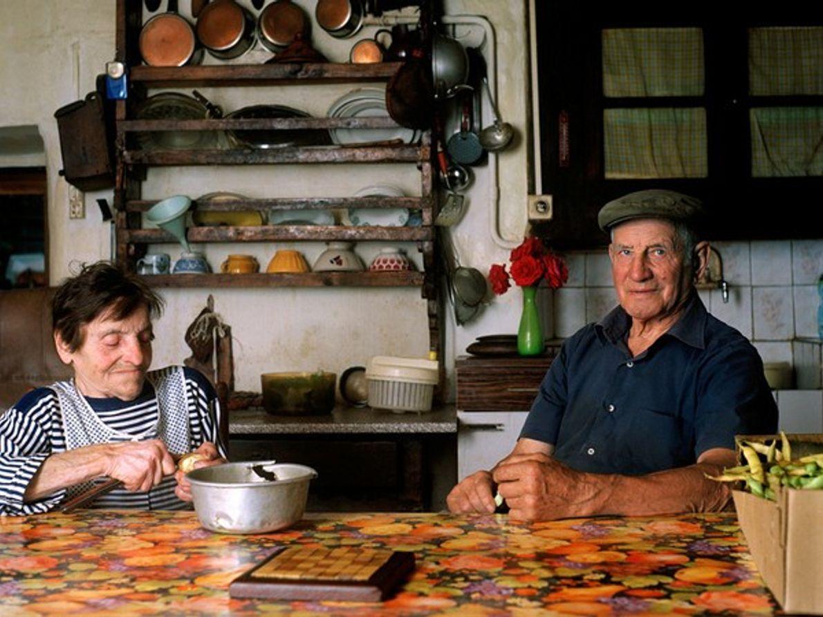 Dos granjeros en una cocina