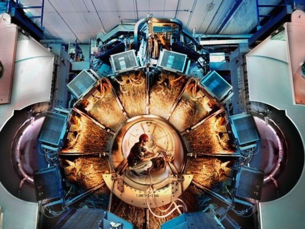 Uningeniero se pone en cuclillas dentro de un tubo grande en un acelerador de partículas en …