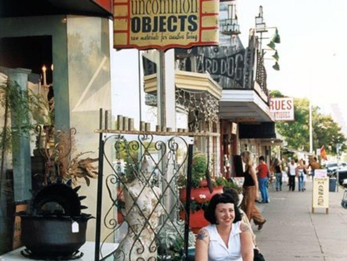 Unamujer descansa fuera de una tienda de antigüedades en Austin, Tejas. La ciudad presentó la mayor …