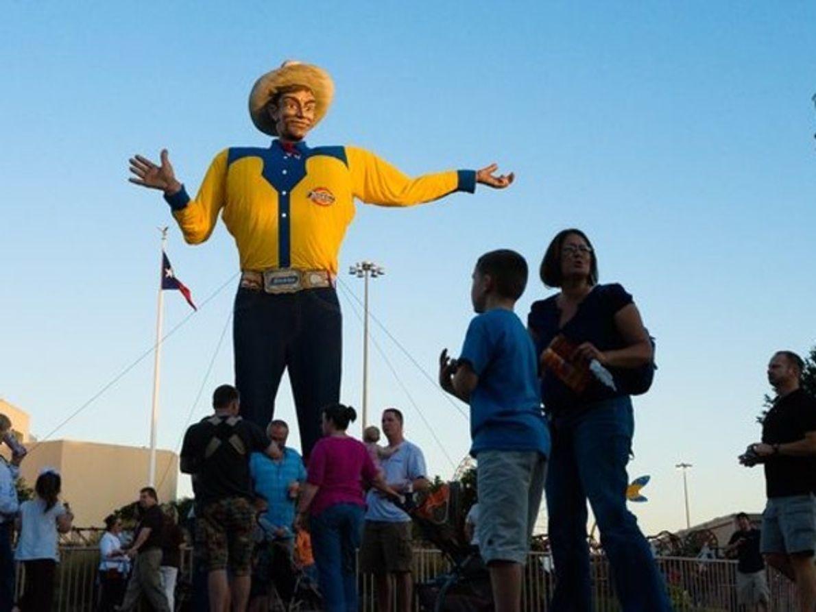 """Con 15,8 metros de altura el gigante hinchable """"Big Tex"""" preside la Feria Estatal de Tejas …"""