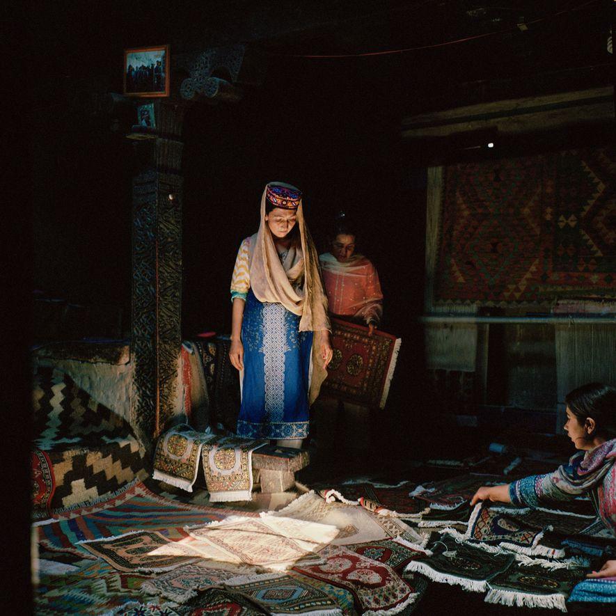 Las mujeres de la minoría wakhi de Pakistán elaboran y venden alfombras tradicionales tejidas a mano …