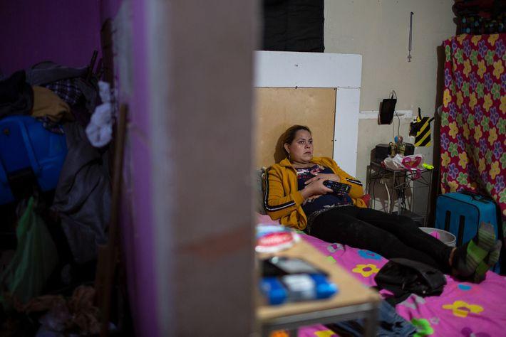 Kataleya ve la televisión tumbada en la cama