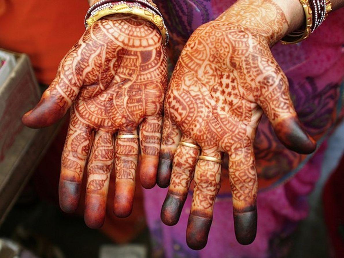 Manos decoradas con henna