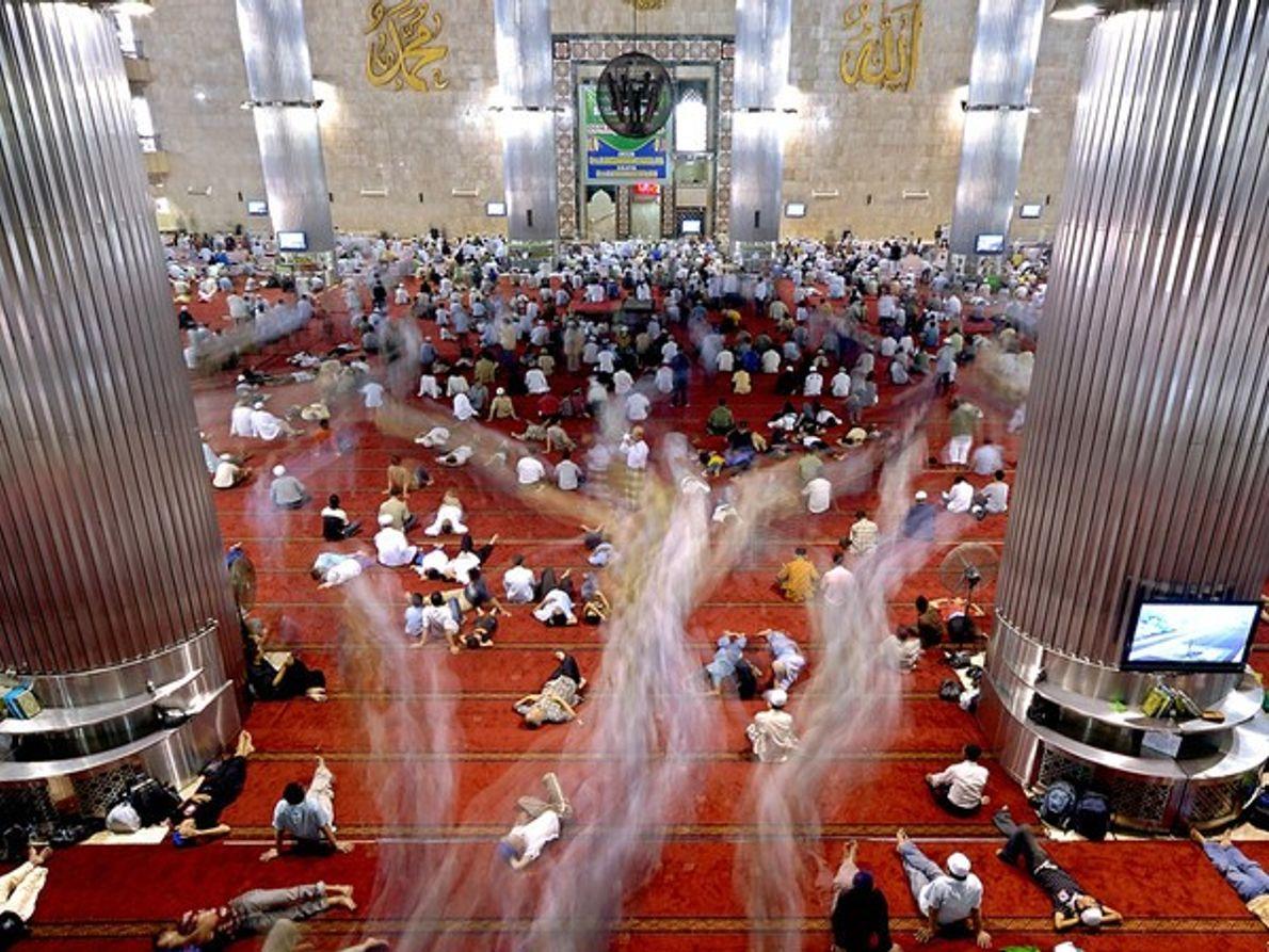 Musulmanes rezando en un templo