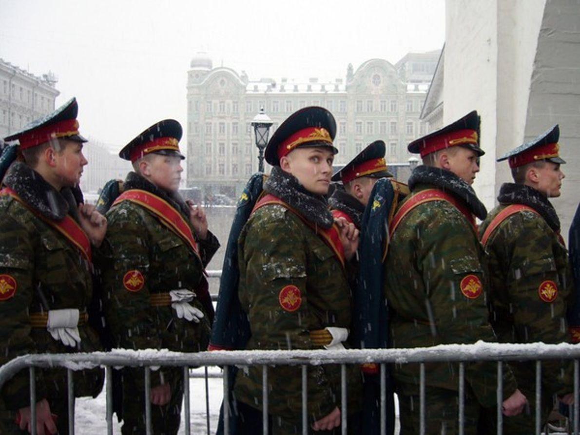 Soldados en fila frente a las puertas de Kremlin