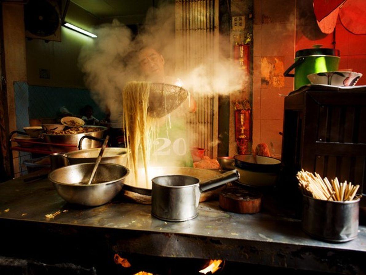 Hombre cocinando fideos