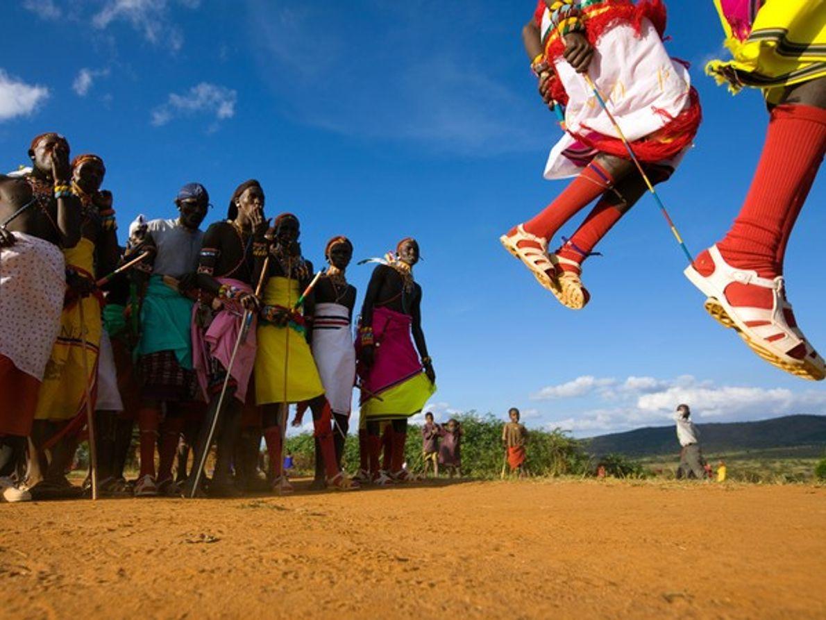 Gente con ropa alegre en una celebración