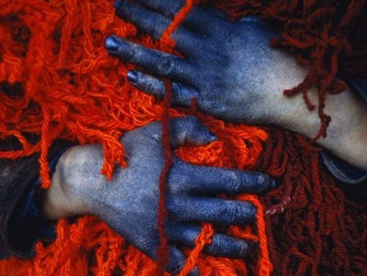 Manos de trabajador teñidas