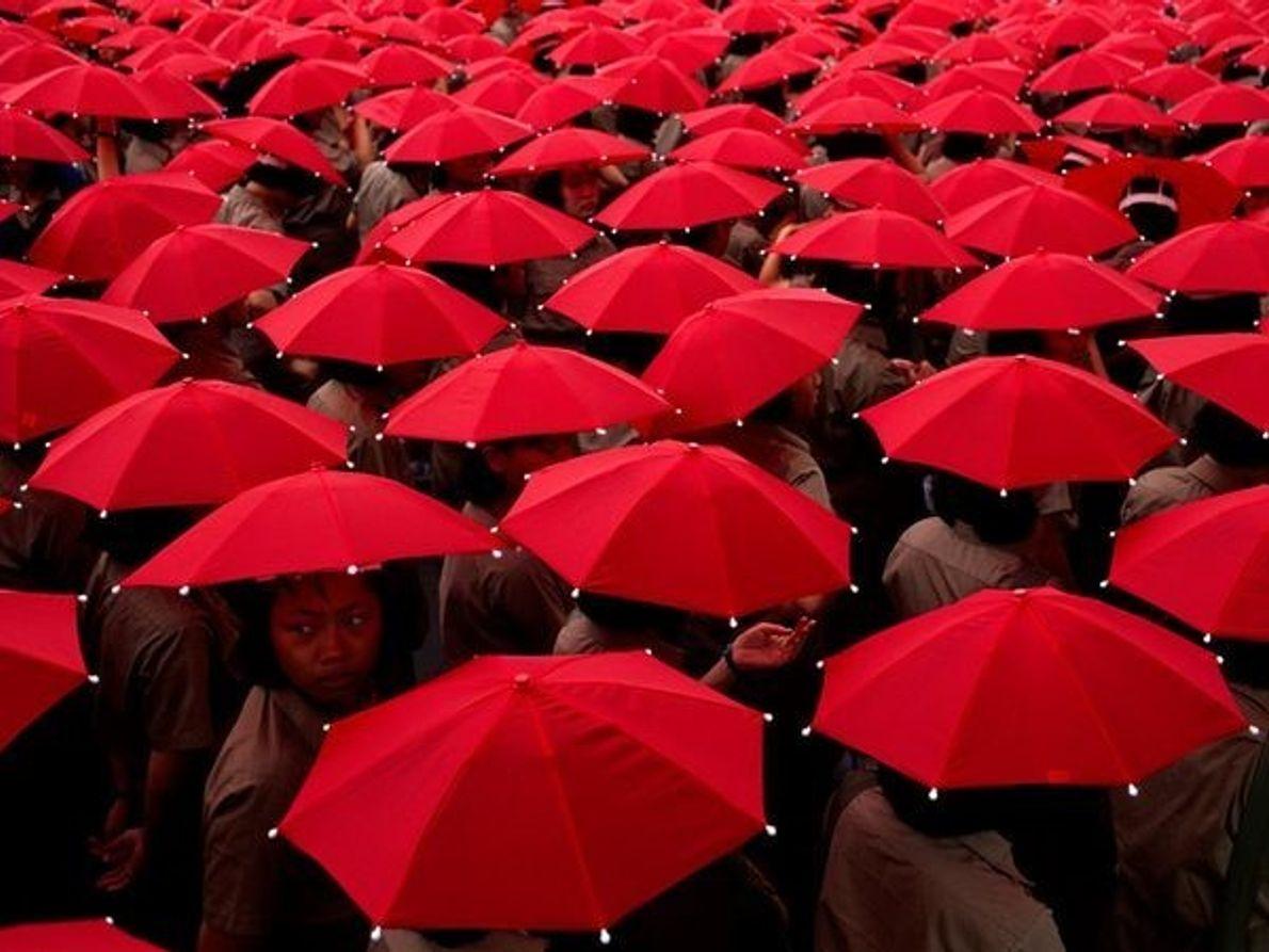 Estudiantes con paraguas
