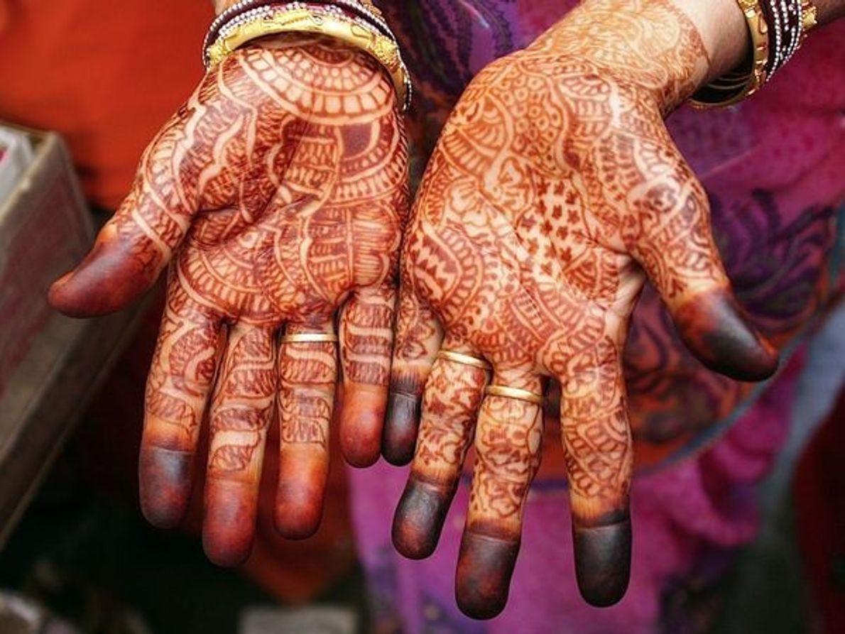 Manos cubiertas de henna, India.