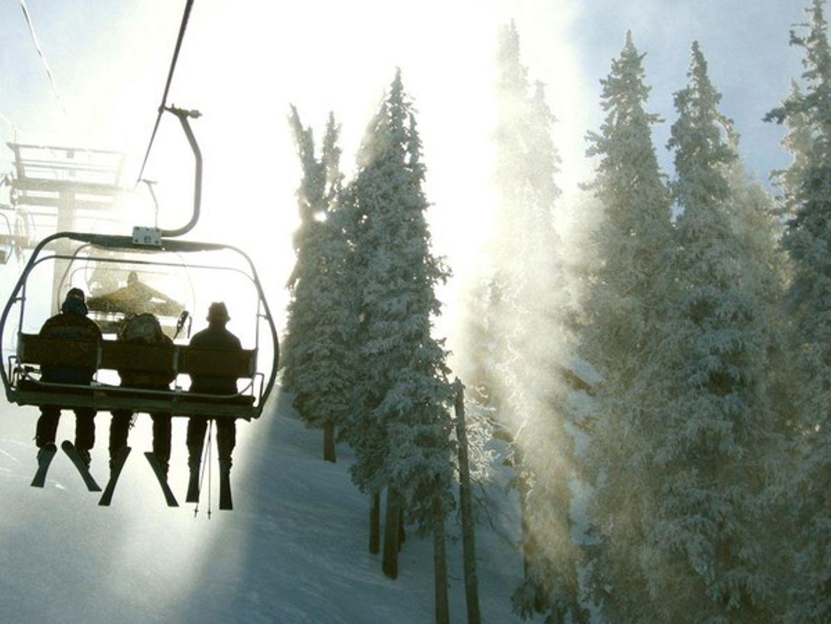 Esquiadores montando en un telesilla