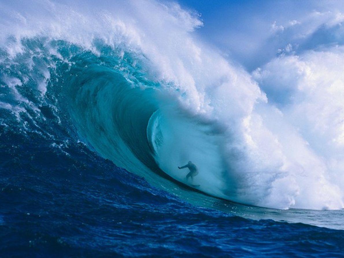 Surfero montando una ola gigante