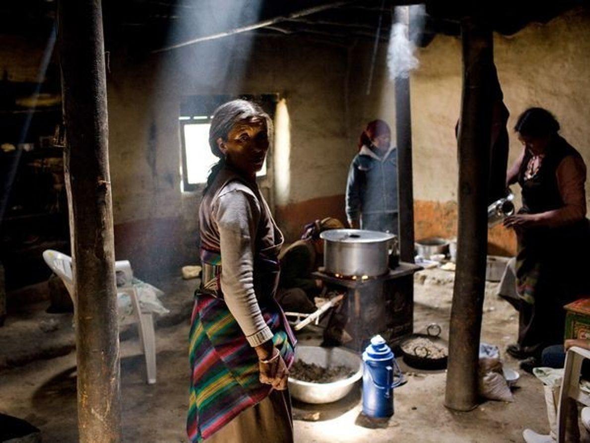 Mujer cocinando en Manthang Lo