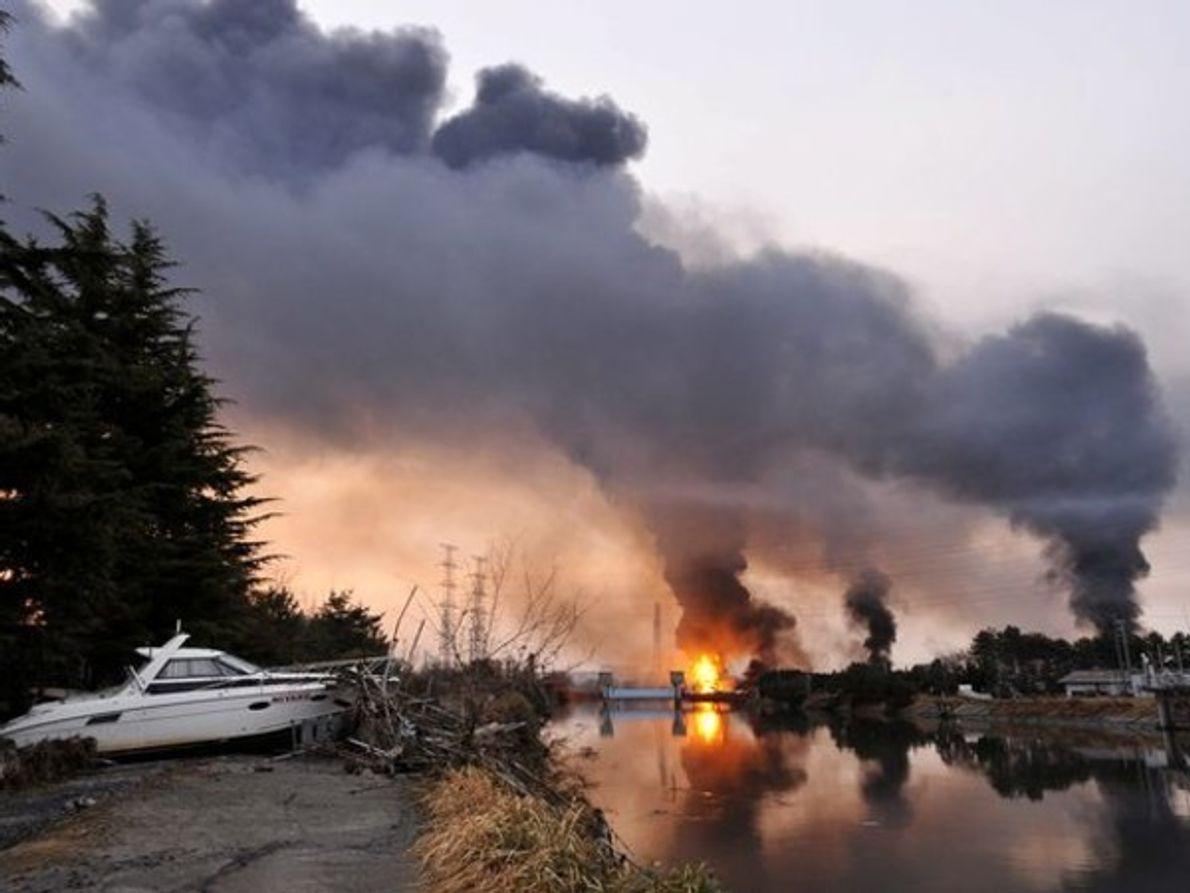 Una refinería de petróleo se encuentra en llamas por culpa de los daños sufridos tras el …