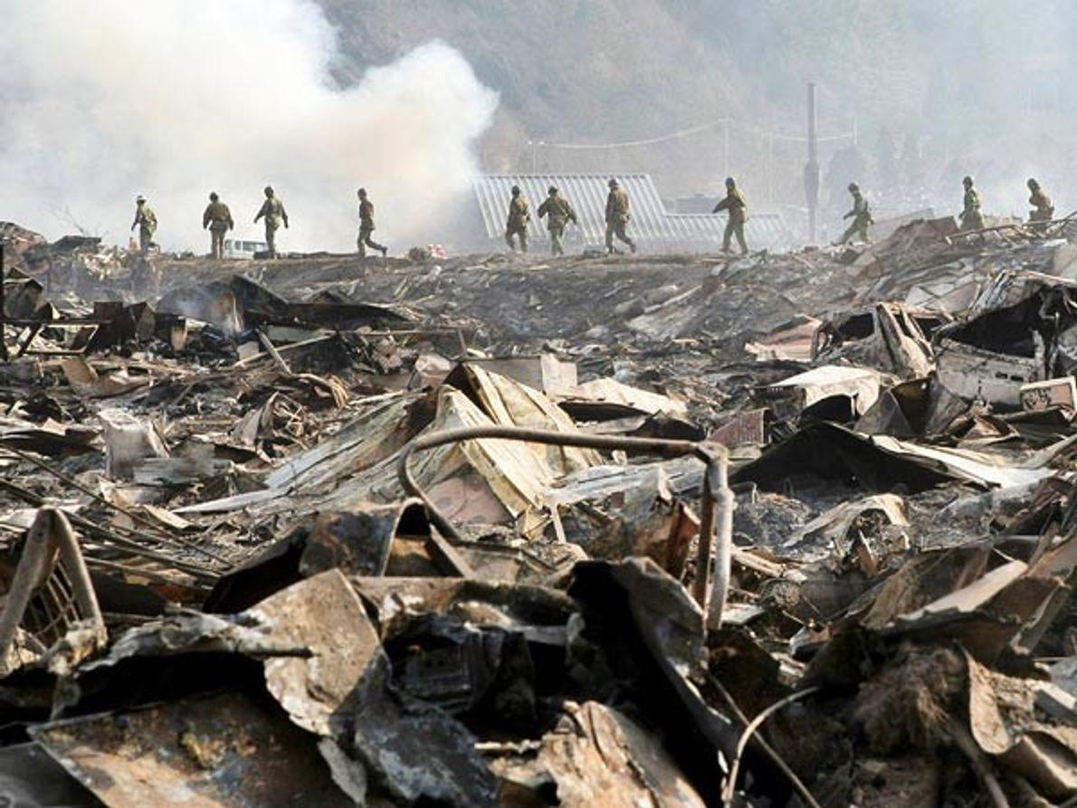 Las tropas japonesas continúan con la búsqueda de supervivientes del terremoto en Otsuchi, prefectura de Iwate, …