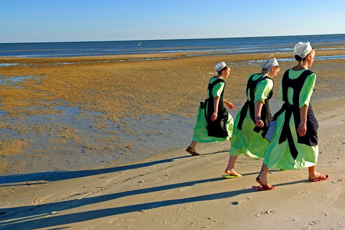 Mujeres amish en la playa