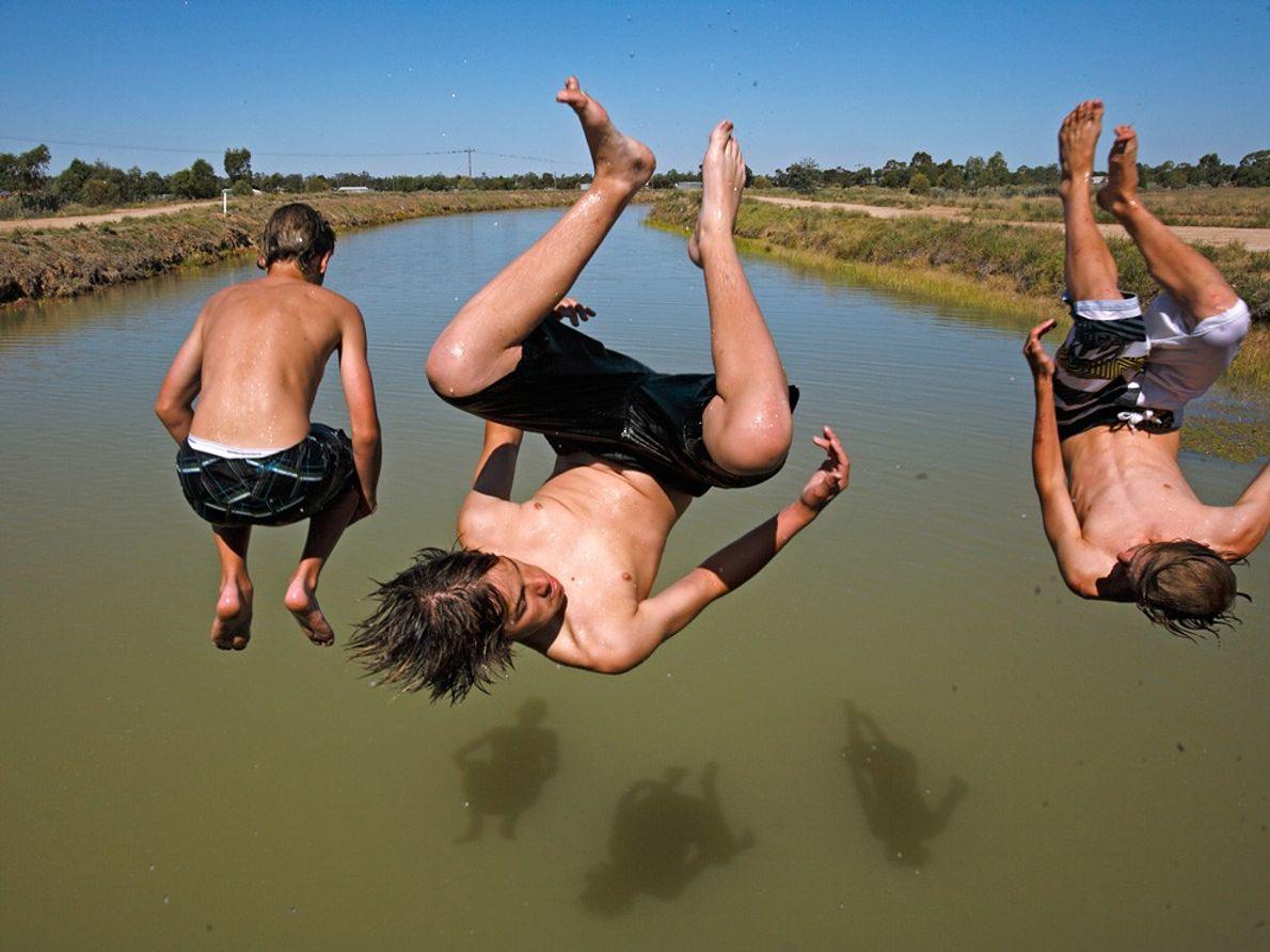 Tres muchachos en el aire