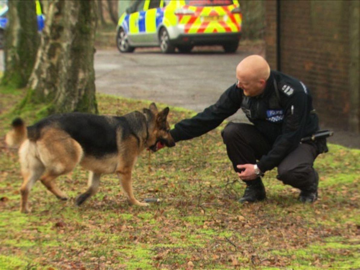 El papel de la Unidad de Apoyo de la Policía Metropolitana, para perros (ESD) es responder …