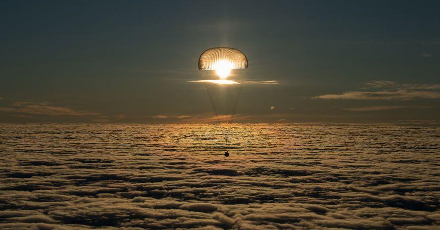 Con tres viajeros espaciales que vuelven a casa desde la Estación Espacial Internacional, la Soyuz MS-06 ...