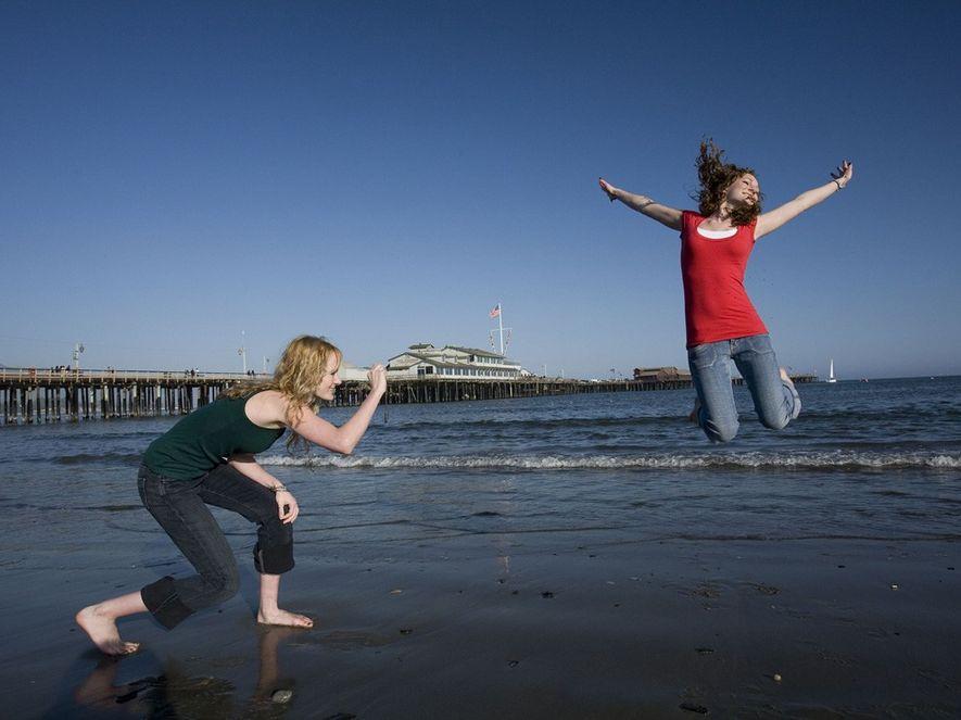 Aquí, una mujer fotografía a su hermana en la playa cerca de Stearns Wharf en Santa ...