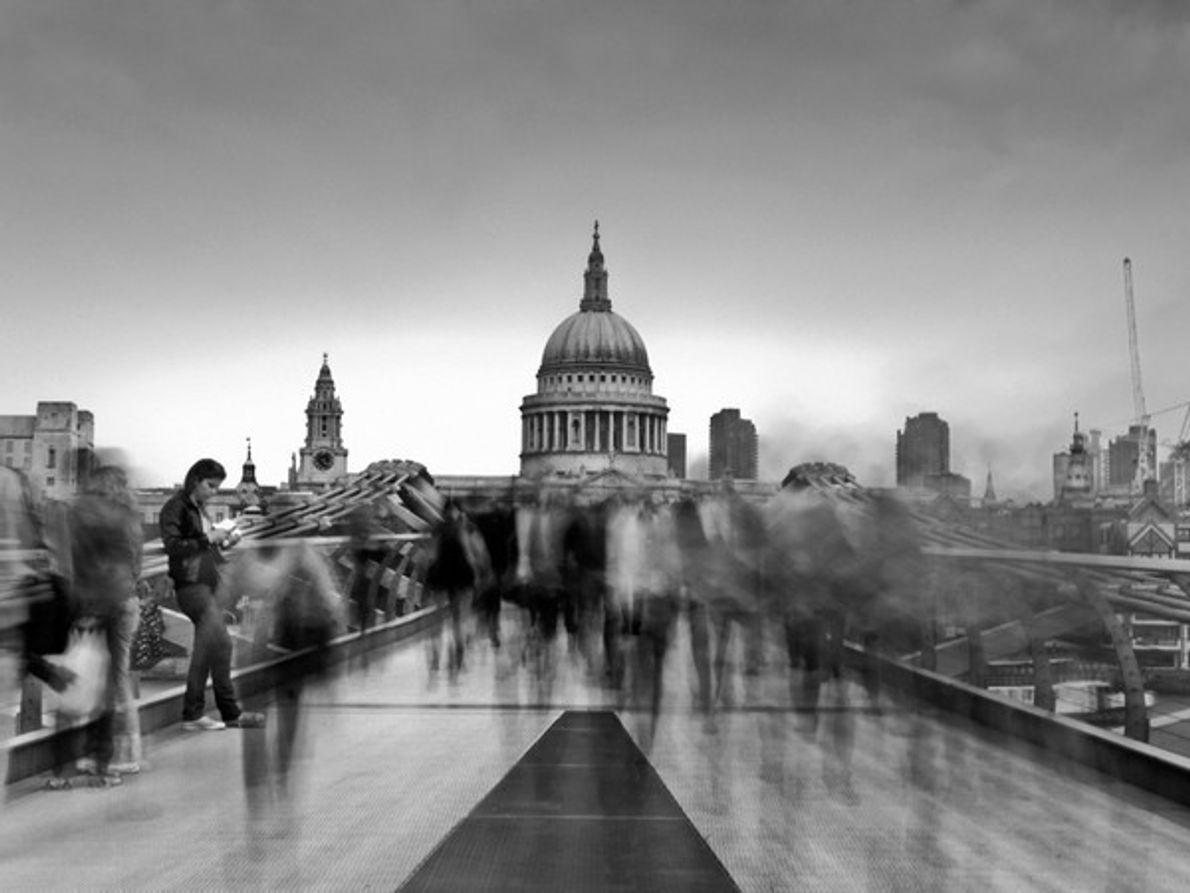 Gente caminando sobre un puente