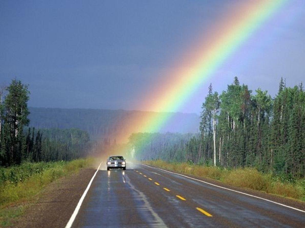 Arco iris sobre un coche