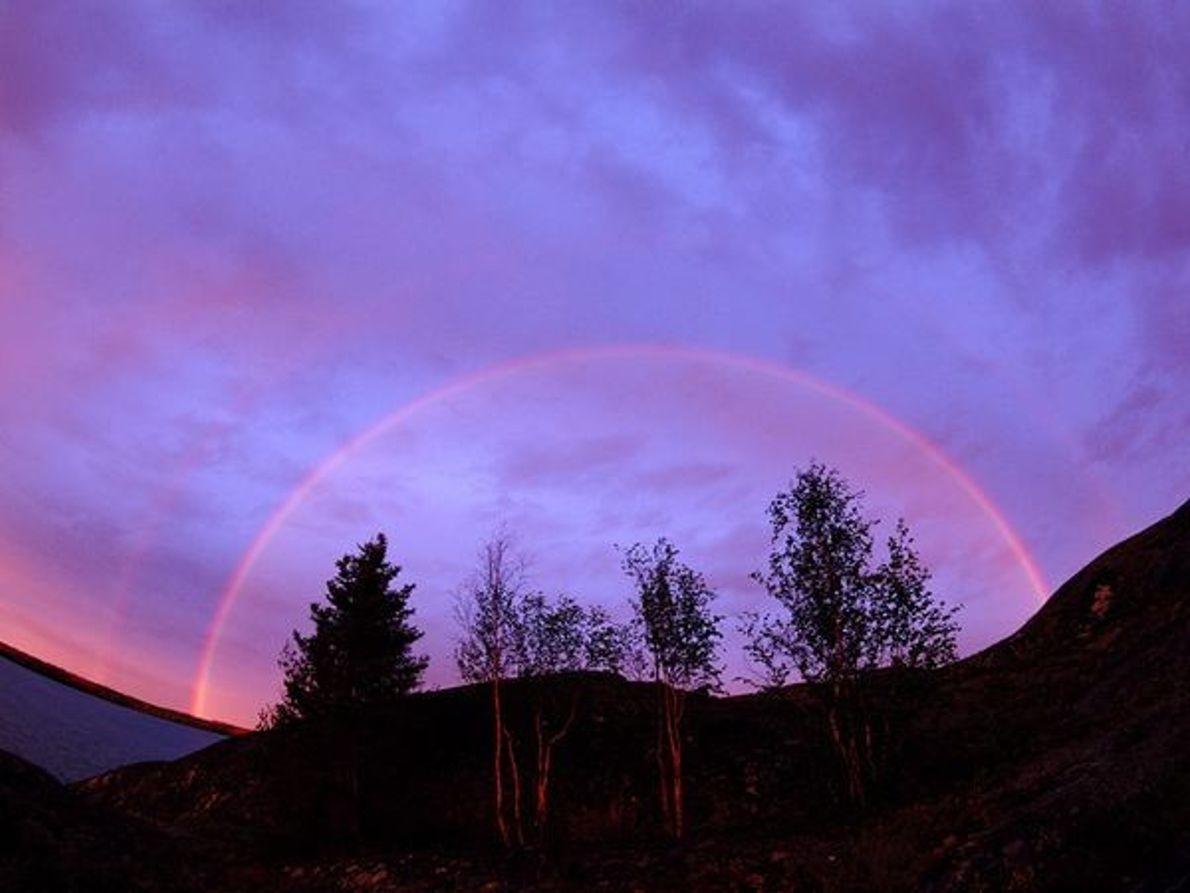 Arco iris en cielo morado