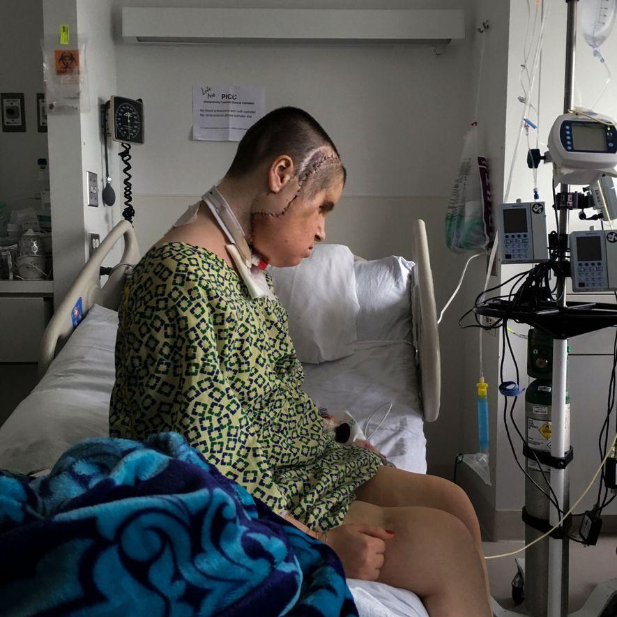 Katie Stubblefield sola sobre la cama de la unidad de cuidados intensivos de la Clínica Cleveland. …