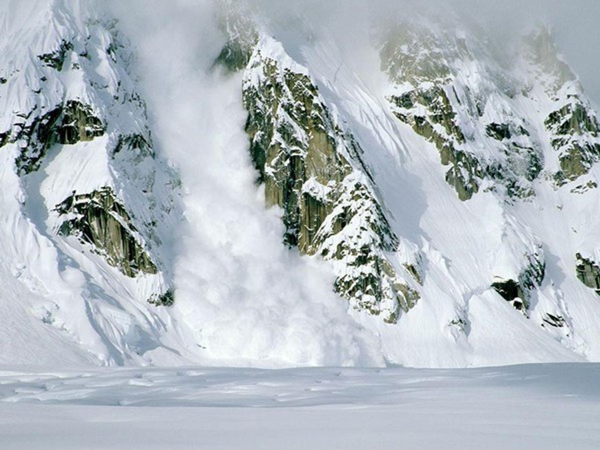 Alud en montañas rocosas